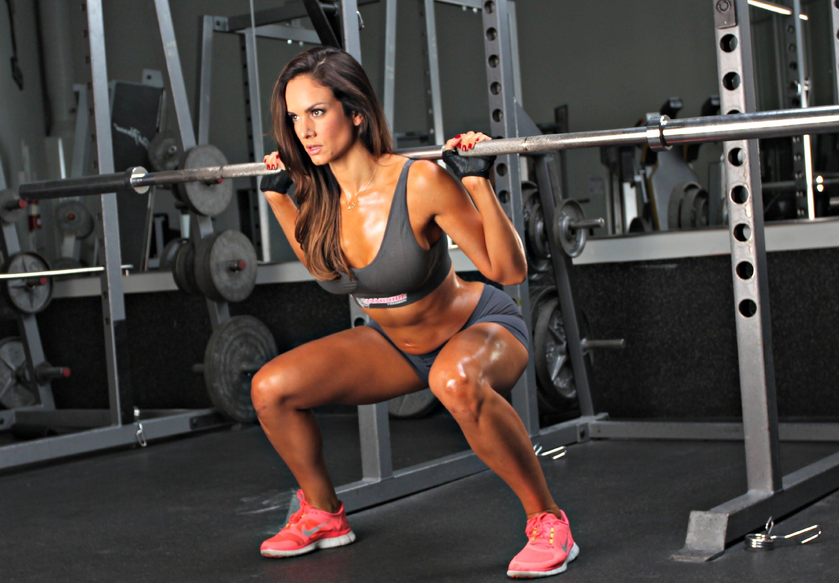 Bạn có gặp phải tình trạng tập squat bị đau lưng không?