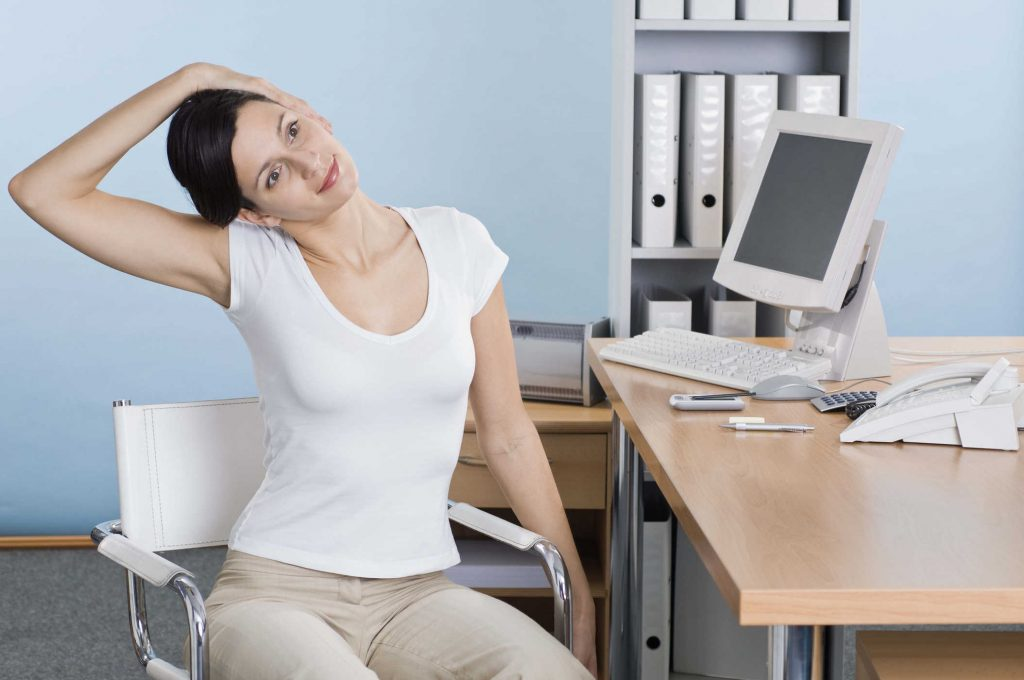 5 bài tập giúp giảm triệu chứng đau cổ vai gáy cho dân văn phòng